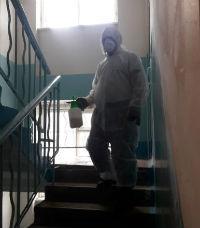 распылять дезинфицирующие средства в помещениях, дезинфицировать одежду